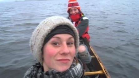 Stavano facendo un giro in barca quando il cielo si oscura e...