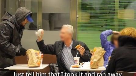 Un senzatetto affamato ruba il cibo incustodito, i clienti del fast food reagiscono così