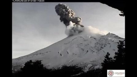 La spettacolare eruzione del Popocatepetl in Messico