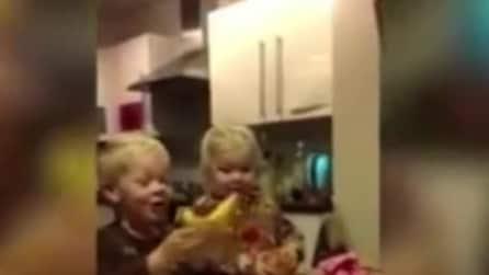 Scartano i regali di Natale del papà e vi trovano una banana e una cipolla, la loro reazione