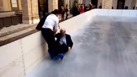 Vittorio Sgarbi cade sulla pista di pattinaggio