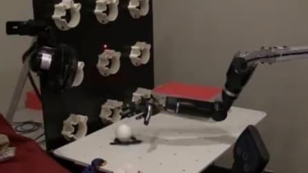 La nuova mano robotica: chi la indossa può afferrare oggetti col pensiero