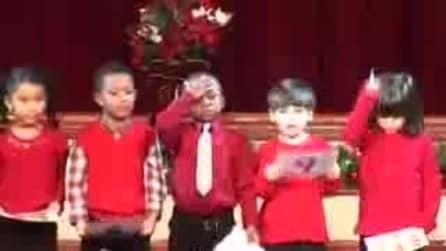 Bambini sbagliano la recita di Natale e cercano di rimediare così