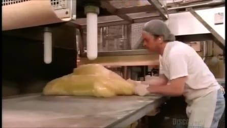Il grosso ammasso di gelatina e zucchero si trasforma in gustose caramelle