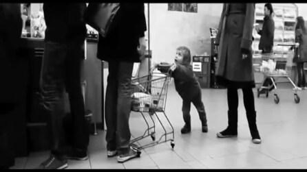 Fa il monello al supermercato e il cliente in fila lo punisce così