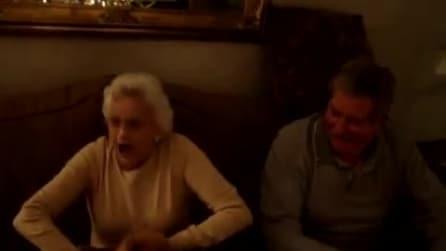 Il regalo alla nonna è fantastico: ecco la sua reazione