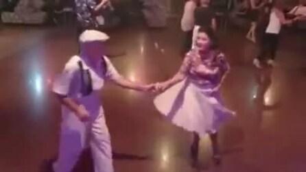 L'età non conta: questa coppia di anziani dà spettacolo in pista da ballo