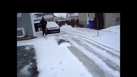 Un modo divertente per spalare la neve