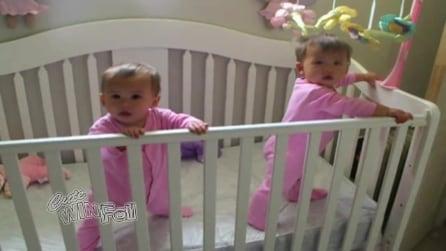 Mamma filma le figlie gemelle mentre starnutiscono all'unisono