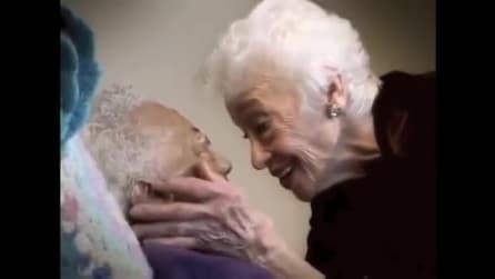 Accudisce un'anziana molto malata e quando le parla succede qualcosa di incredibile