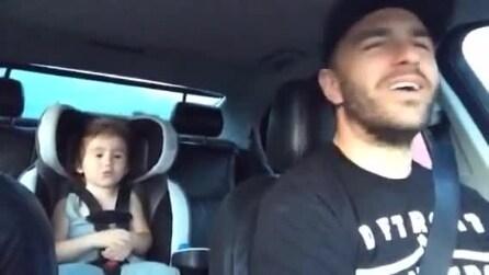 Padre e figlia in un'incredibile interpretazione in auto della hit di Frozen