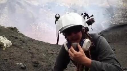 Cameraman conclude il servizio sul vulcano Marum quasi investito dal getto della lava