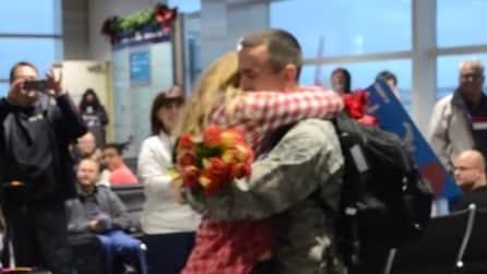 Torna per Natale e le fa la proposta di matrimonio più emozionante che ci sia