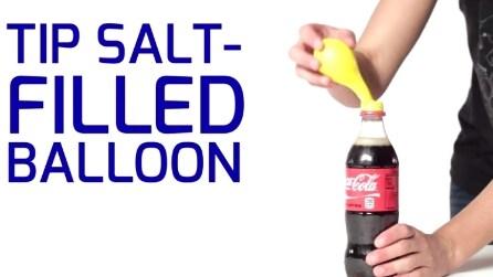 Mettere un palloncino pieno di sale sulla bottiglia della Coca Cola, quello che succede vi stupirà
