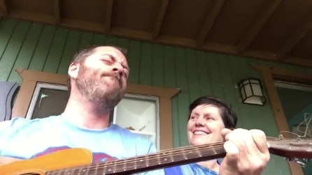 Dedica una commovente canzone alla madre malata di Alzheimer: lei reagisce in maniera sorprendente