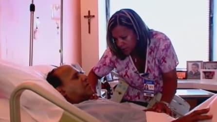 Si prende cura di un malato terminale, ecco la reazione dell'infermiera quando scopre che è suo padre
