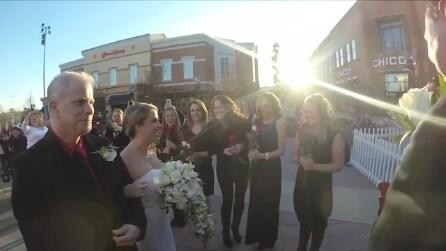 Indossa l'abito da sposa per fare un servizio fotografico, in realtà sta per sposarsi