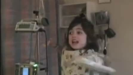 Papà le fa una sorpresa in ospedale, ecco la reazione della sua dolce piccola