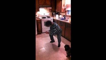 Nonna cucina divertendosi, il suo ritmo travolgente ti conquisterà
