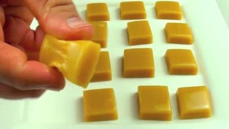 Come realizzare dolcetti al caramello usando il forno a microonde