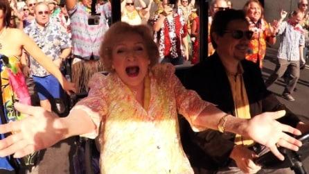 Una sorpresa fantastica per i suoi 93 anni: amici organizzano un flash mob per Betty White