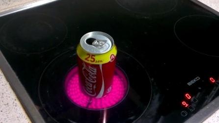 Mette una lattina di coca cola sul fornello, guardate cosa succede dopo