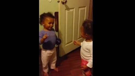 Quando capirete cosa fanno queste due gemelline morirete dal ridere