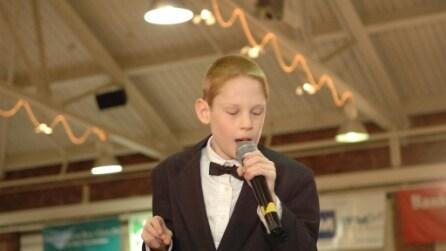 Ha 12 anni, è cieco dalla nascita, autistico e quando canta fa emozionare