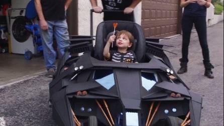Un passeggino spettacolare: il bambino con la sua BatMobile