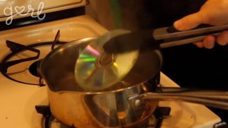Mette un vecchio cd in acqua bollente, quello che realizza vi stupirà