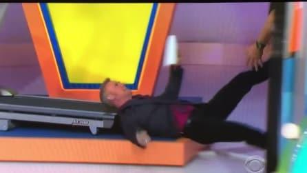 Presentatore scivola dal tapis roulant e cade a terra, ma non ferma lo show