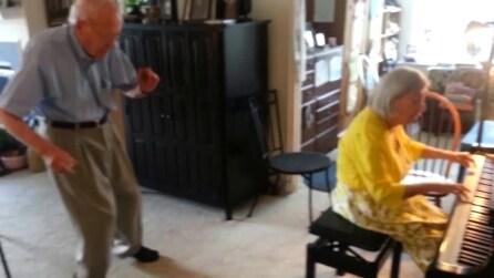 Il nonno balla sulle note suonate dalla nonna al pianoforte: che spettacolo