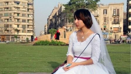 """Il Cairo, """"sposa"""" nubile in giro per sfidare i pregiudizi"""