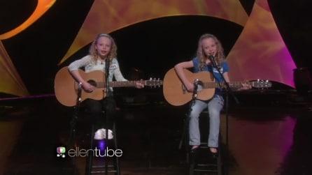 Le gemelline cantano ed emozionano il pubblico