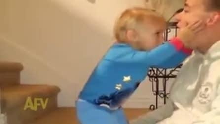 Il piccolo si preoccupa per il papà: ma è tutto uno scherzo