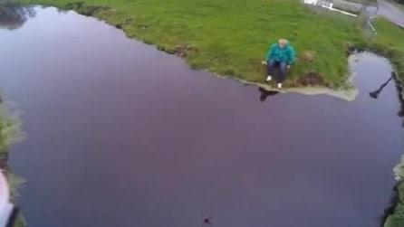 Il drone rischia di cadere in acqua, lui si tuffa vestito per prenderlo