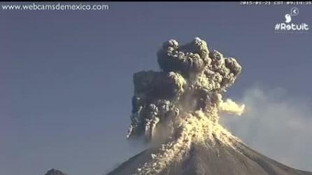 Messico, l'eruzione del Vulcano Colima