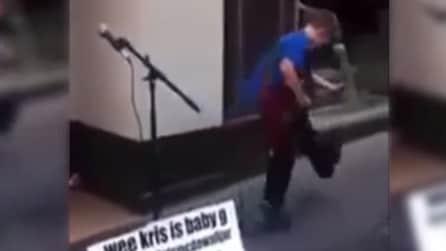 Ragazzino dà spettacolo in strada suonando un successo degli AC/DC
