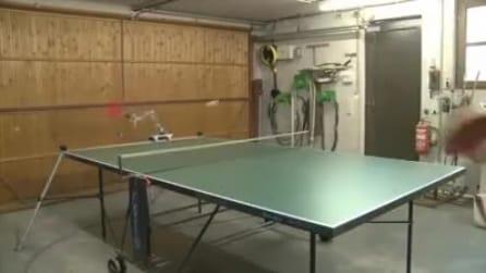 Insolita sfida a ping pong: uomo contro robot