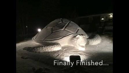 Un tartaruga gigante fatta di neve: la creazione di tre fratelli