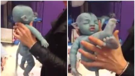 """Tiene in braccio un bimbo """"avatar"""": ecco cosa succede quando lo mette al buio"""