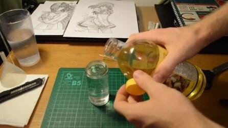 Versa acqua e olio in un barattolo, guardate cosa realizza