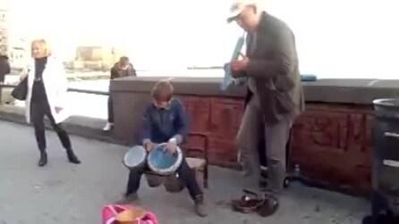La formidabile esibizione di un ragazzino alle percussioni