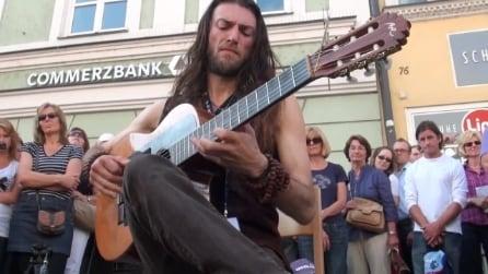 Suona la chitarra in strada e incanta tutti i passanti