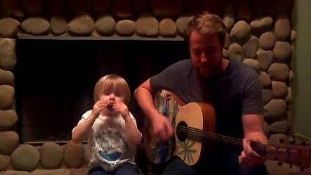 Suona l'armonica e canta i Beatles: il baby prodigio incanta il web