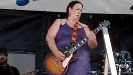 Credereste mai che questa donna sia una chitarrista eccezionale?
