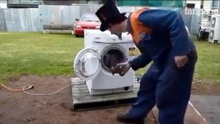 Ecco che succede se mettete un pezzo di ferro in una lavatrice