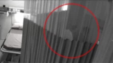 La telecamera di sorveglianza spia i dottori amanti in ospedale