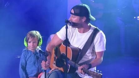 La figlia di 3 anni sale sul palco e canta insieme al padre: immagini fantastiche
