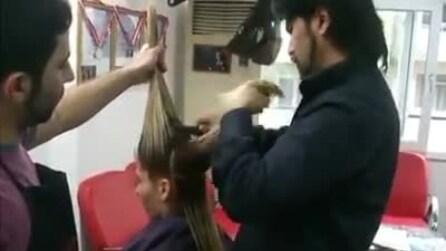 Un parrucchiere davvero speciale: fa la cresta alla ragazza e poi sorprende tutti
